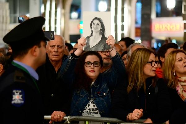Un manifestante mostró una foto de la periodista asesinada Daphne Caruana Galizia durante una protesta en las afueras de la oficina del primer ministro, en La Valeta, el 27 de noviembre del 2019.
