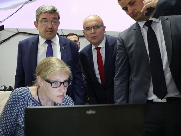 Los líderes de los partidos Unión Demócrata Cristiana (CDU), Lorenz Caffier (zquierda), y Socialdemócrata (SPD), Erwin Sellering (centro), seguían el domingo los resultados de las encuestas a boca de urna de las elecciones en el estado de Mecklemburgo Antepomerania.