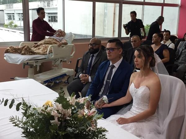 La pareja realizó la ceremonia civil en la sala de reuniones de la junta directiva del hospital. Hospital de San Carlos para LN.