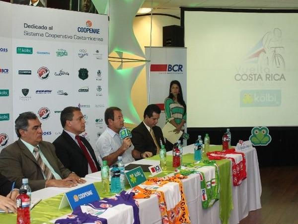 Durante la conferencia se presentaron las camisetas. | MELISSA FERNÁNDEZ.