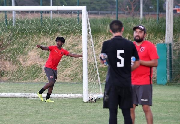 Cristian Moreira es el central hondureño de Alajuelense que jugará en el alto rendimiento y que puede ser elegible para la Primera en cualquier momento. Fotografía: John Durán