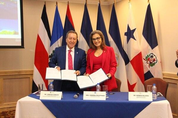 La firma del acuerdo se efectuó este miércoles 20 de marzo en el Hotel San José Corobicí y la suscribieron el Secretario General del Sistema de la Integración Centroamericana (SICA), Vinicio Cerezo y la Directora Interina de la División de Ciencias de la Tierra de la NASA, la costarricense Sandra Cauffman. Foto: SICA para LN
