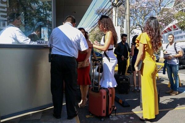 Al casting de Miss Costa Rica llegaron mas de 15 interesadas, entre ellas Chonta Mullins (vestido blanco), Valeria Pineda (de amarillo) y Amanda Agüero (derojo). Fotografía: Lilliam Arce.