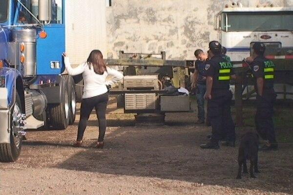 La Fuerza Pública, el OIJ y la Policía de Control Fiscal, se hicieron cargo del caso. Foto: Jorge Calderón.