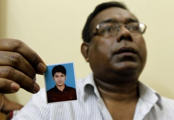 En la imagen se muestra al padre de Mohammad Ahsan Rezwanul Nafis, quien este viernes fue condenado a 30 años de prisión por intentar detonar una bomba, en Reserva Federal de Nueva York.