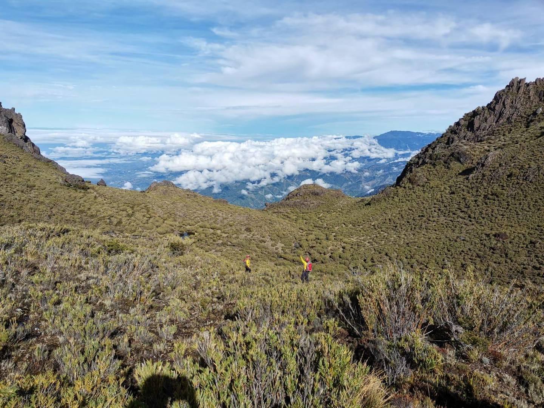El tiempo despejado en el cerro más alto del país, permite buena visibilidad para un helicóptero que se une al trabajo de las patrullas terrestres en la zona. Foto: Cortesía Bomberos.