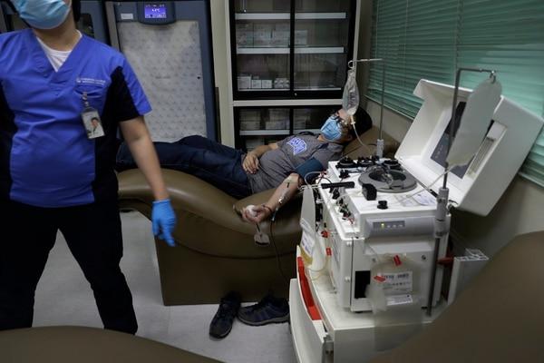 Un filipino que ya se recuperó del covid-19 dona su sangre para que le extraigan el plasma en Manila, capital de su país. Foto: AP