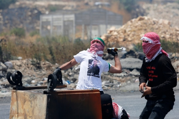 Un palestino lanza un cóctel molotov a soldados israelíes durante los enfrentamientos en la ciudad de Ramala.