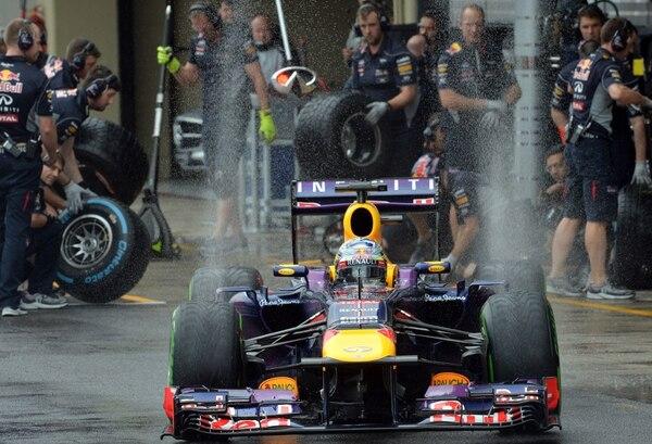 El piloto alemán Sebastian Vettel saca su bólido de los garajes para emprender los ensayos del sábado, previos al Gran Premio de Sao Paulo que se corre el domingo en la pista de Interlagos.