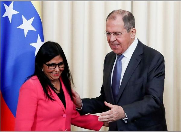 El ministro de Relaciones Exteriores de Rusia, Sergey Lavrov y la vicepresidenta de Venezuela, Delcy Rodríguez, abandonan la conferencia de prensa en la cual dieron a conoer los resultados de las conversaciones en Moscú, Rusia. Foto AP