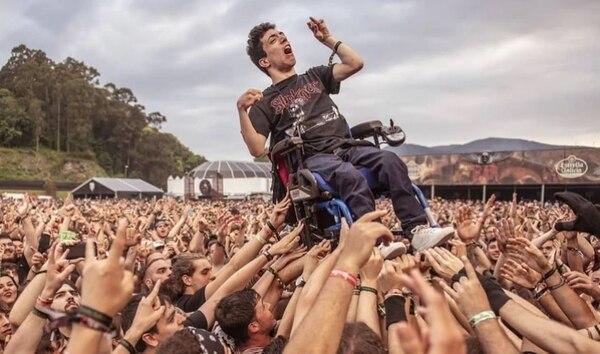 Alex Domínguez, quien fue cargado por los espectadores del Resurrection Fest durante un concierto de la banda sueca Arch Enemy. Tomado por Daniel Cruz, del Resurrection Fest.