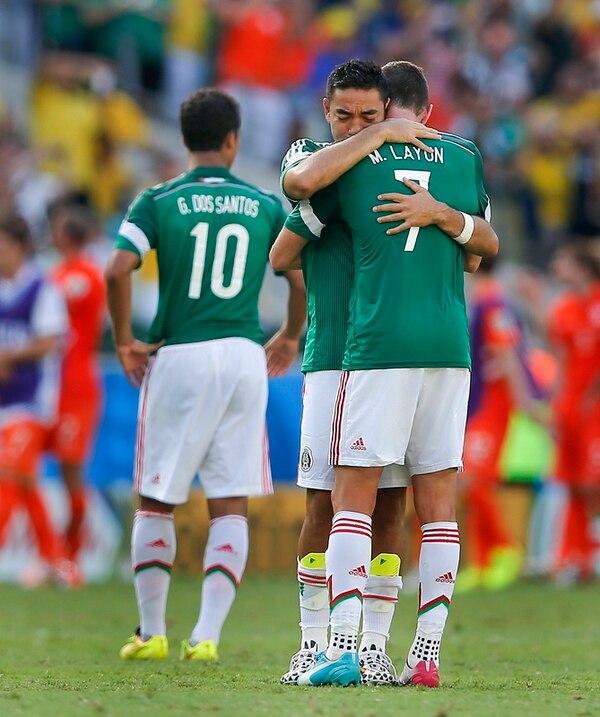 Miguel Layún fue consolado por Marco Fabián luego de la derrota ante Holanda que significó la eliminación de México del Mundial. | AP
