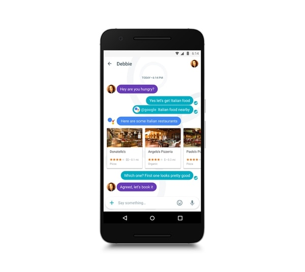 Entre las funcionalidades de la aplicación destacan la posibilidad de invitar al asistente de Google a los chats con sus contactos, para que sugiera lugares cercanos o recomendaciones para ir a cenar. | GOOGLE.