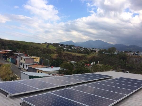 En total, se instalaron 16 paneles solares, que implicarán la reducción anual de una tonelada de emisiones de dióxido de carbono (CO2), las cuales dañan la capa de ozono. Foto: Yuxta Energy para LN.