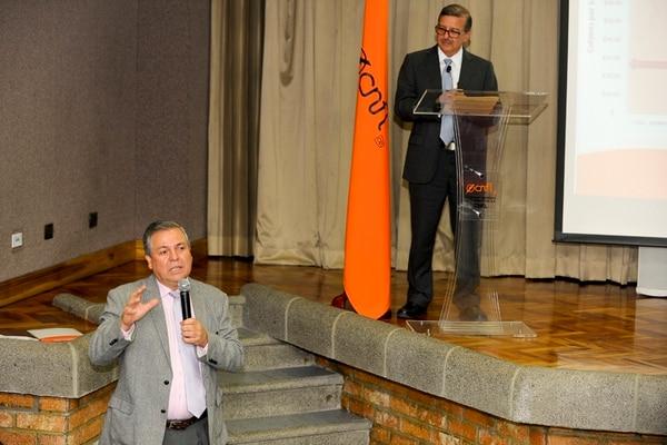 Víctor Solís, gerente general de la CNFL, y Marvin Céspedes, director administrativo, anunciaron reajuste en tarifas.
