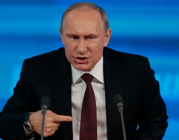 El presidente ruso, Vladimir Putin, gesticula durante la conferencia de prensa que ofreció ayer en Moscú. | AP