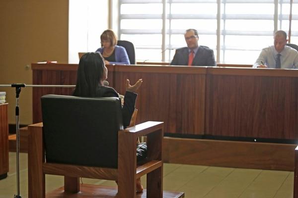 Lorry Chiny, quien es la víctima en este caso, declaró ante los jueces Ileana Méndez, Sergio Quesada y Jorge Tabash. | ALBERT MARÍN.