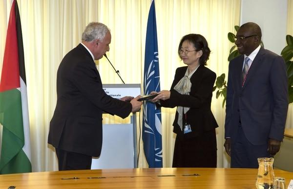 Ministro palestino de Relaciones Exteriores, Ryad al Malki, recibió una copia simbólica del estatuto de Roma, el elemento constitutivo de la CPI.