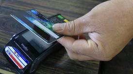 Bancos reportan pérdidas millonarias por comisiones de datáfonos en compras de turistas