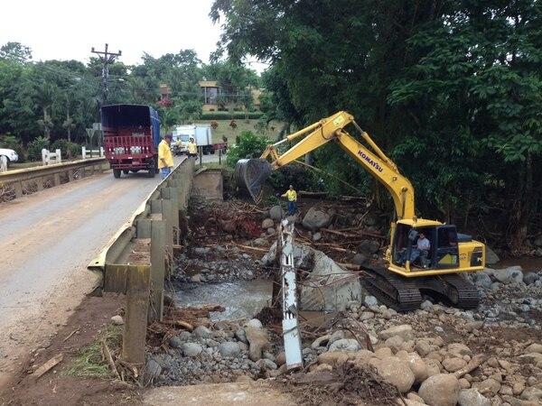 Maquinaria municipal continúa con la limpieza de los ríos.