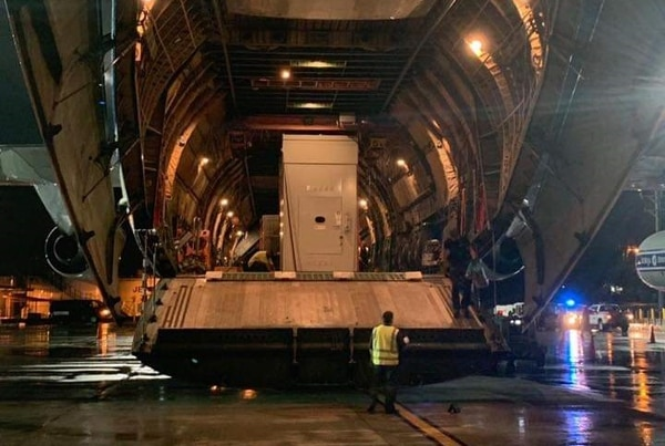 Momento en que descargaban el transformador de 30 toneladas perteneciente a APM Terminals. Fotografía: Michael Sanabria para La Nación.