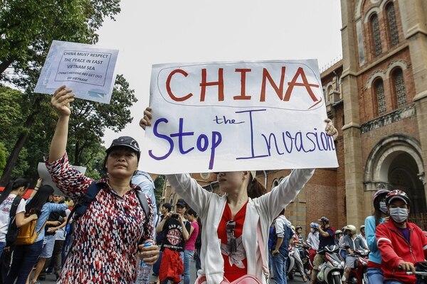 Manifestantes protagonizaron una de las mayores manifestaciones jamás realizadas contra China en Vietnam. Critican el despliegue de Pekín de una plataforma de perforación petrolera en aguas profundas que están disputada entre ambas naciones.