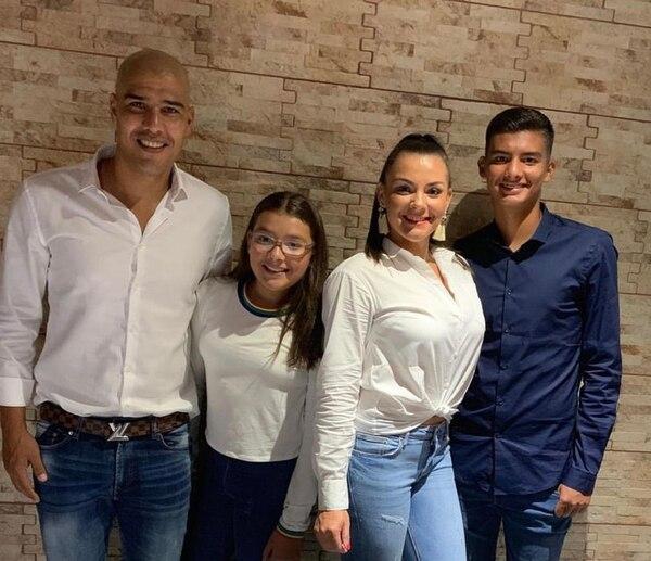 Douglas Sequeira junto a su familia compuesta por su hija, Brianna, su esposa, Andrea y su hijo, Douglas. Fotografía: Cortesía