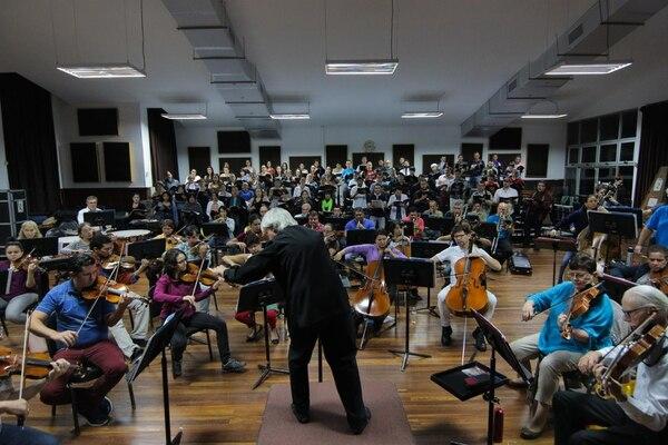 Ensayo de la Orquesta Sinfónica Nacional. De espaldas, el director titular, Carl St. Clair