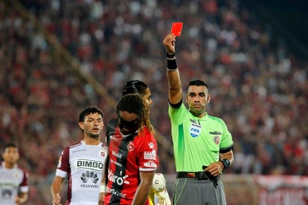 El liguista Jonathan McDonald observó la cartulina roja luego de la falta sobre Henrique Moura. Foto: Mayela López