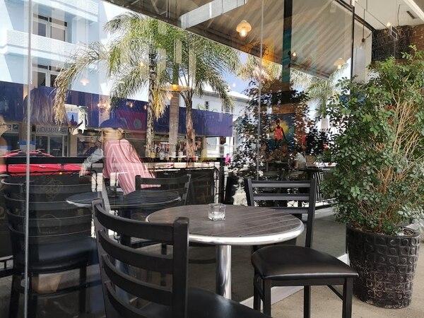 Mesas al aire libre, frente a la acera. Foto: Osvaldo Calderón