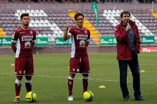 Ariel Rodríguez (izquierda) y Christian Bolaños (centro) fueron oficializados este jueves como nuevos fichajes de Saprissa. El anuncio lo hizo Evaristo Coronado (derecha), gerente deportivo. Fotos: Mayela López