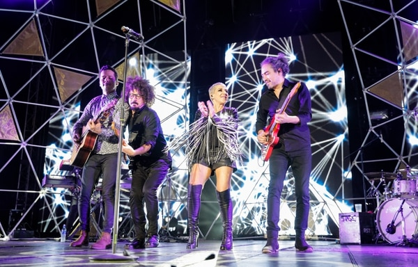 La cantante y los músicos se unieron en la diversión de la música. Durante el espectáculo también llevaron al público por un sube y baja de emociones con los temas más fuertes del repertorio de la española. Foto: Jeffrey Zamora.