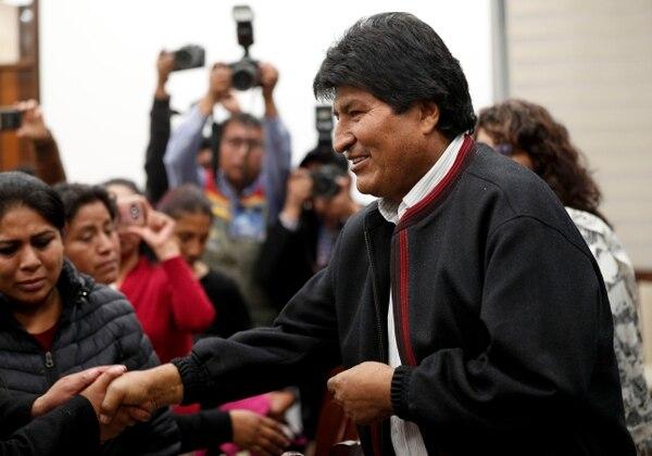 El presidente de Bolivia, Evo Morales, ingresa a una reunión en el Palacio de Gobierno en La Paz, Bolivia, el lunes 4 de noviembre de 2019. (AP Photo/Juan Karita)