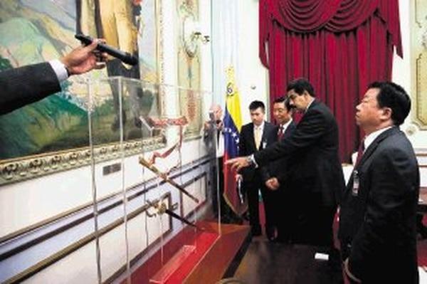 El mandatario venezolano, Nicolás Maduro (centro), recibió el lunes al vicepresidente de China, Li Yuanchao (derecha), en el Palacio de Miraflores, en Caracas.   EFE.