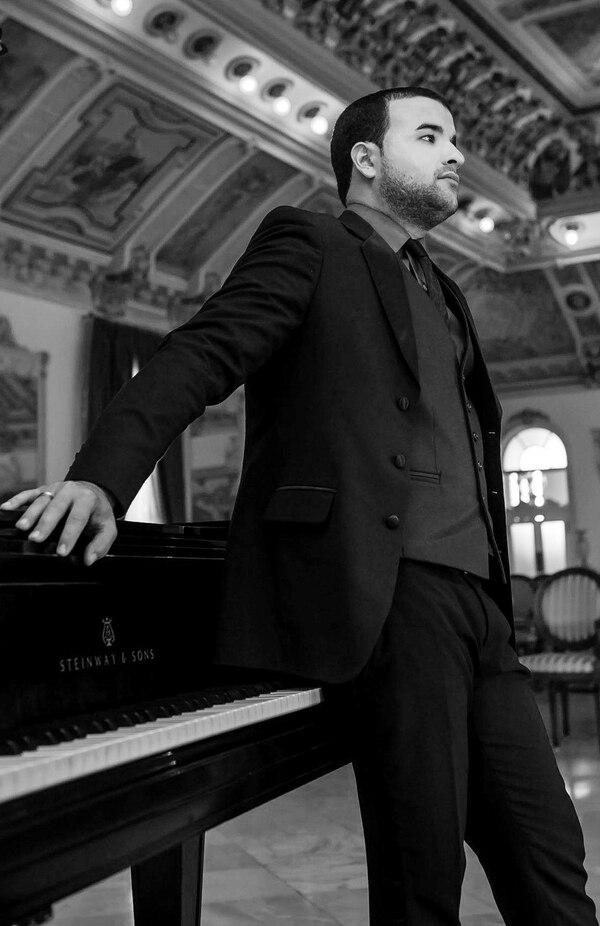 Leonardo Gell es un destacado pianista y productor musical cubano residente en Costa Rica.