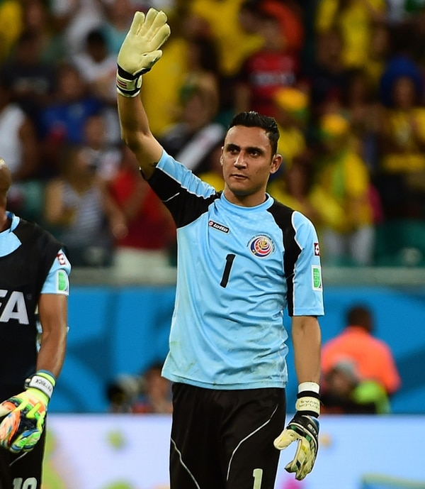 Keylor Navas (izquierda) y Manuel Neuer fueron, junto al argentino Sergio Romero, los candidatos al prestigioso guante de oro.   AFP Y EFE