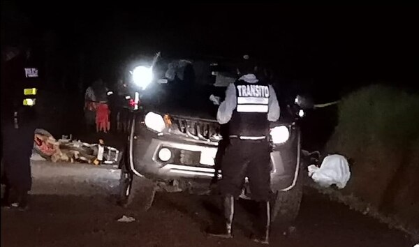 Oficiales de la Policía de Tránsito investigan las causas que mediaron en el accidente que dejó tres fallecidos. Foto: Édgar Chinchilla.