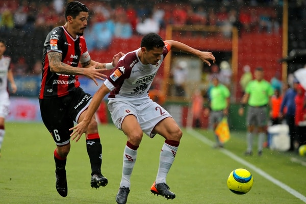 José Salvatierra marcó a Daniel Colindres en el clásico del 22 de abril que terminó empatado 3-3. Fotografía: Mayela López
