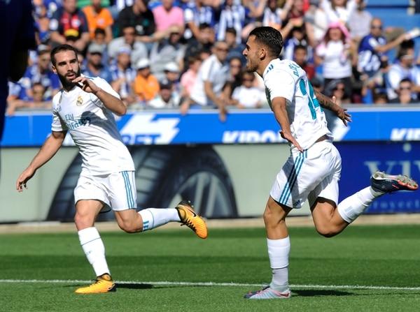 Dani Carvajal (de frente) celebra con su compañeros Ceballos el gol del Real Madrid ante el Alavés.