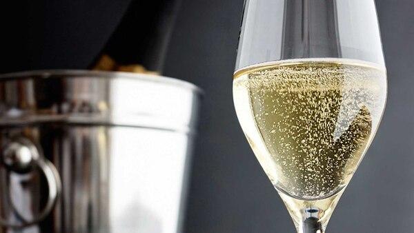 En los vinos espumosos uno de los componentes principales es el gas, entonces lo ideal es servir entre 7ºC y 10ºC, de acuerdo con su complejidad, para mantener por más tiempo las burbujas.