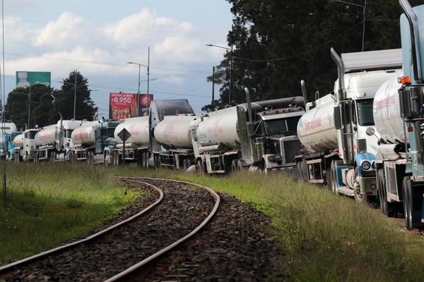 Un centenar de camiones hacía fila para cargar combustible en el plantel El Alto de Ochomogo, único que está distribuyendo gasolina y diésel en el país . Foto Alonso Tenorio