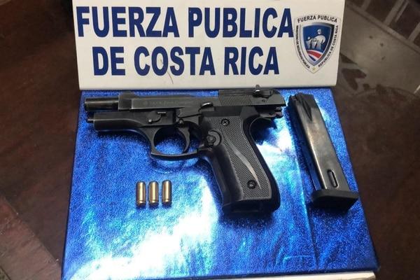Una pistola de calibre 9 milímetros, con la que se presume dispararon contra los oficiales fue hallada en los alrededores de barrio El Progreso. Foto: MSP para LN