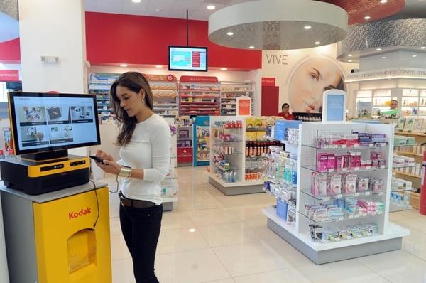 Paula Amado, socia de Photo Center Kodak, explicó que el sistema es fácil de usar: el usuario conecta su celular vía Bluetooth o en forma alámbrica y luego va siguiendo el paso a paso. (Foto Jorge Castillo)