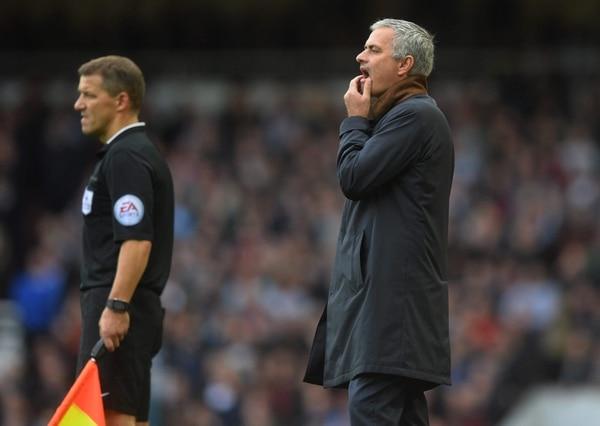 Jose Mourinho intenta encontrar explicaciones en el partido que el Chelse perdió 2-1 ante el West Ham.