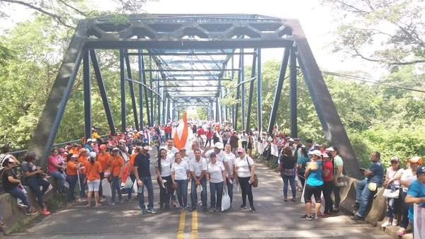 Durante la manifestación del pasado 25 de junio, un grupo de manifestantes bloqueó el paso por la Interamericana Norte a la altura del puente de Limonal en Abangares. Fotografía Julio Segura