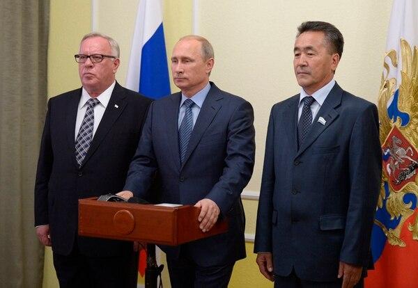 Alexánder Bertnikov (izq.) e Iván Belekov (der.), líderes de la república rusa de Altái, junto al ruso Vladimir Putin, en Moscú.   AP