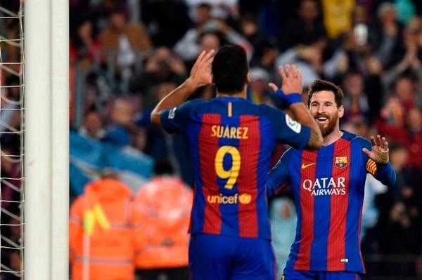 Lionel Messi celebra uno de sus tantos con Luis Suárez.