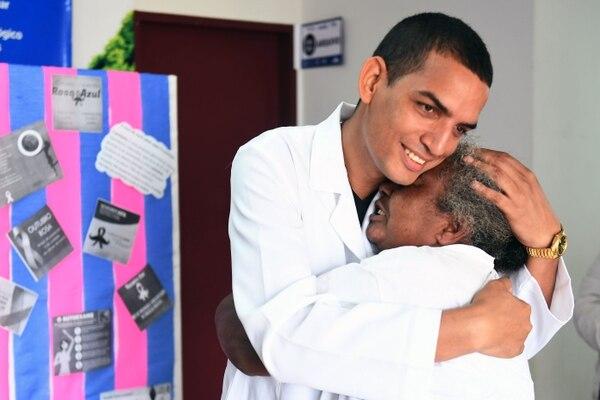 El médico cubano Miguel Pantoja abraza a la paciente Vera Dias en la Unidad de Salud Básica de Alexania, 80 km al suroeste de Brasilia, estado de Goiás, el 22 de noviembre de 2018. AFP