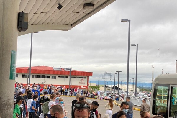 Vista este lunes de las filas de pasajeros en las afueras del Aeropuerto Internacional Juan Santamaría debido a una nueva caída en los sistemas de verificación de salida de personas de Migración y Extranjería. /Cortesía.