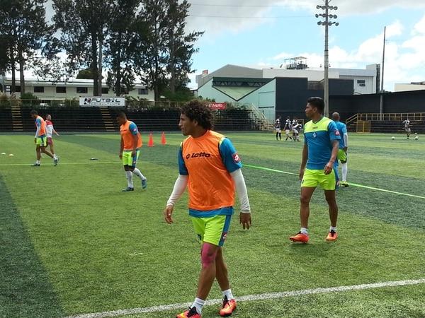 Randall Brenes (chaleco) se integró este viernes a las prácticas con el resto de sus compañeros, en el estadio Colleya Fonseca